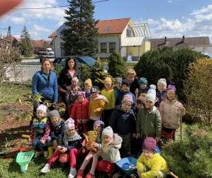 Deň Zeme - jarné upratovanie školského dvora