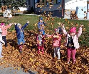 Jesenné upratovanie školského dvora